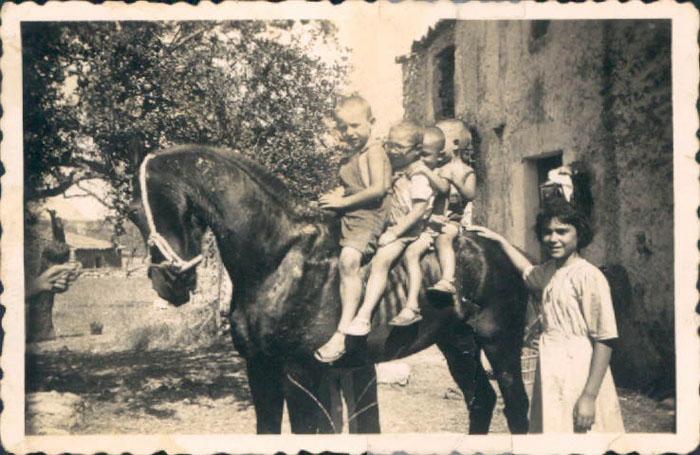 Niños con un caballo – 1910