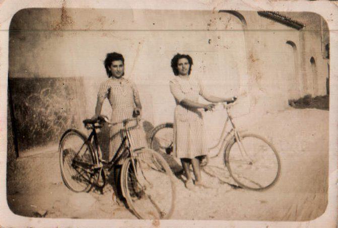 AMIGAS EN BICI - 1950