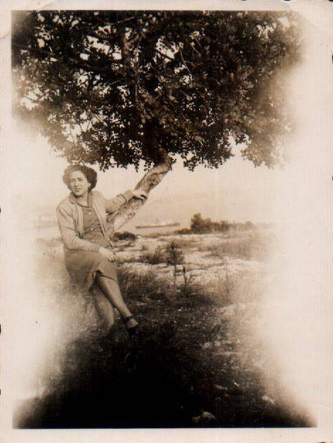 CHICA CON ARBOL - 1930