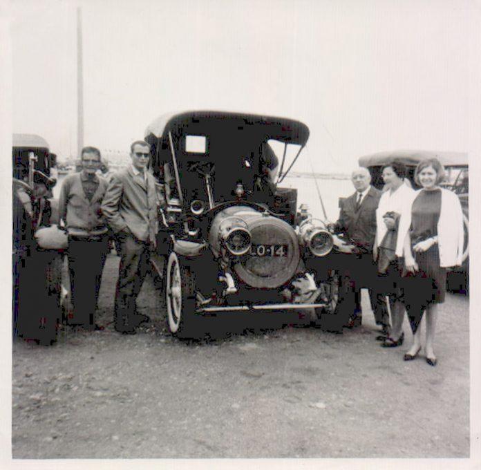 COCHE ANTIGUO Y FAMILIARES - 1958