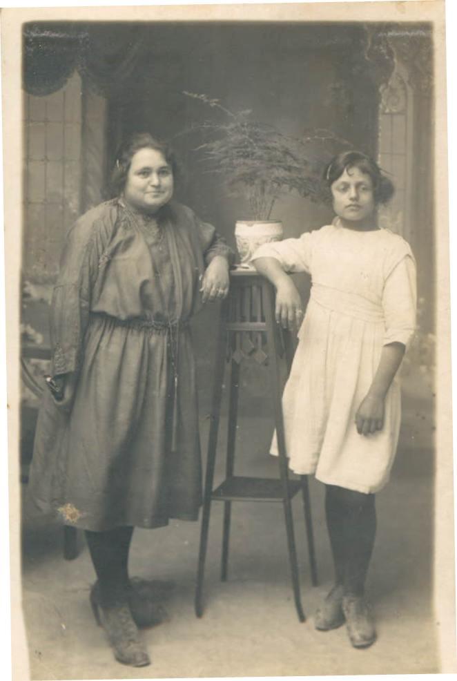 MADRE Y TIA - 1920