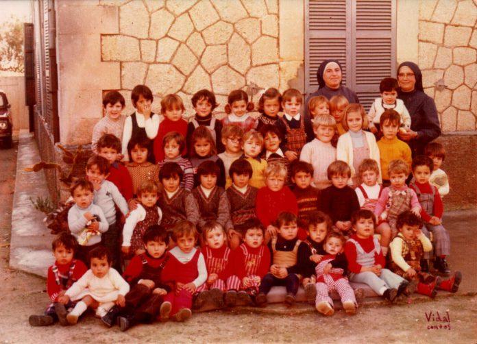 GRUP DE NINS A CA SES MONGES - 1973