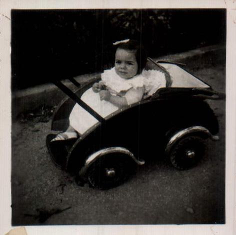 NIÑA EN CARRICOCHE - 1940