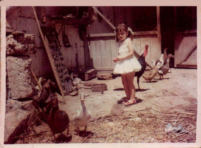 NIÑA EN UN CORRAL - 1965