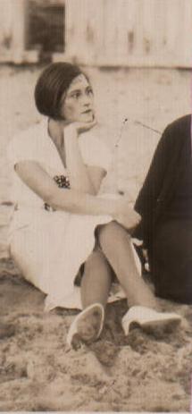 POSANDO SENTADA - 1932