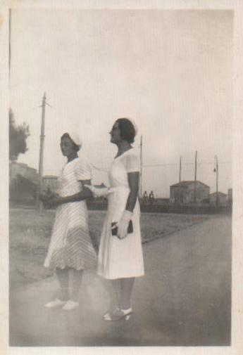 DOS SEÑORITAS PASEANDO - 1933