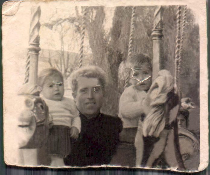 FOTO CON MI PADRE Y UNA HERMANA - 1960