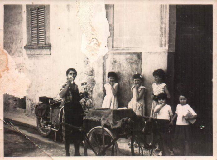 MICAELA BAUZA MOLL CON EL CARRITO DE PESCADO - 1957