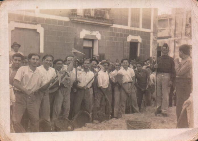HACIENDO LA PLAZA DE PORRERES - 1930