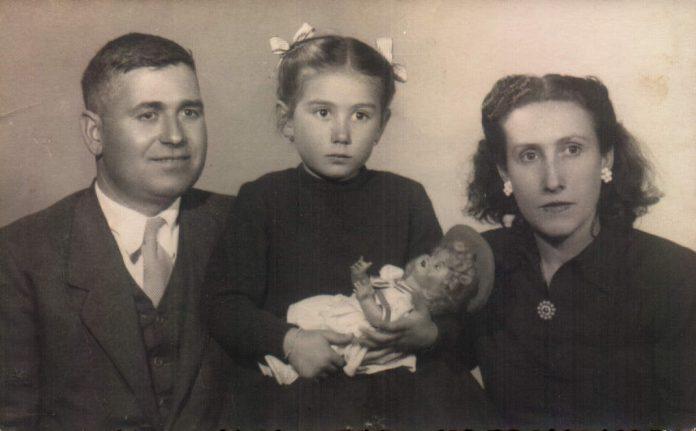 JOANA MIRALLES TOUS AMB PARES: BERNAT I SEBASTIANA - 1947
