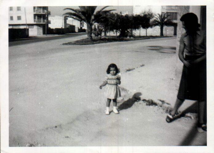MI HIJO JUNTO AL ARBOL - 1974