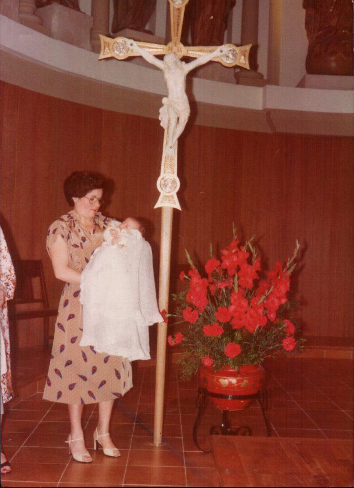 MI HIJA Y YO AL LADO DE LA CRUZ - 1978