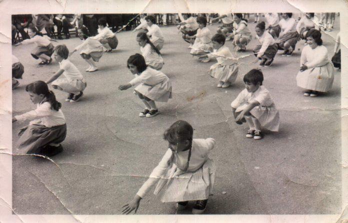 GIMNASIA EN EL PATIO DEL COLEGIO - 1977
