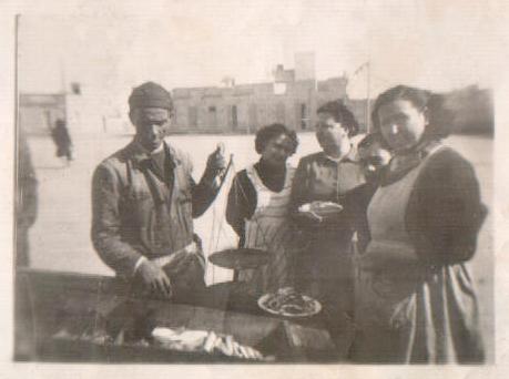 L´AVI VENDIENDO PESCADO PTA. SAN ANTONIO - 1940