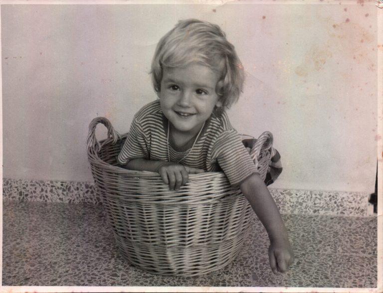 Nina jugant amb senalla– 1974