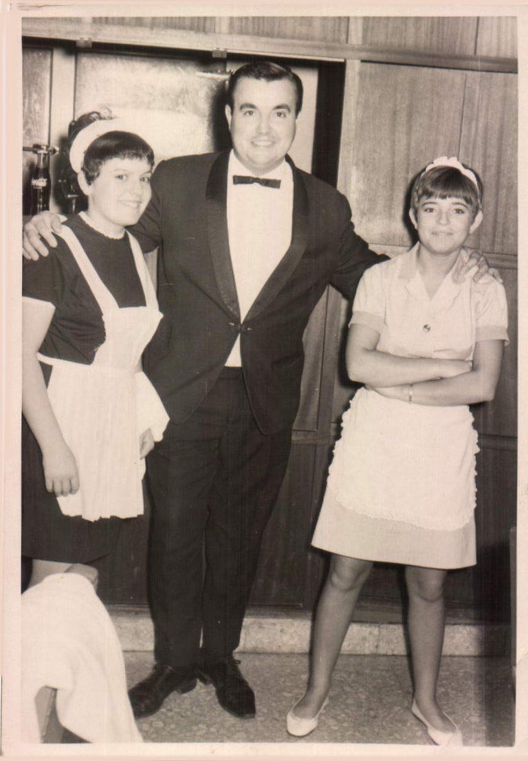 Maitre con dos camareras (Cala Millor) 1968