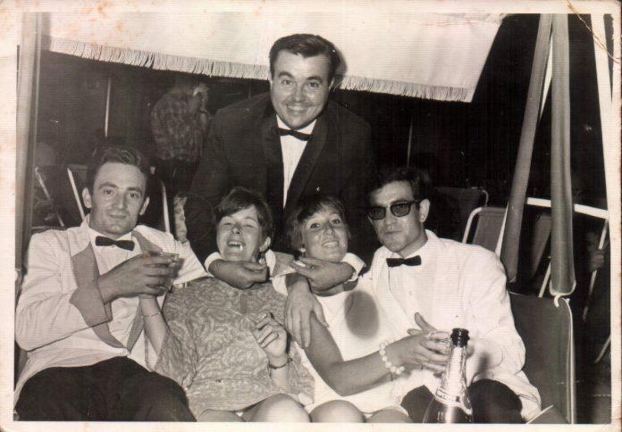 TOMANDO COPAS BAR HOTEL SABINA - 1958