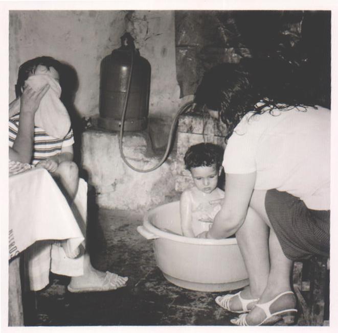 BAÑO EN UN BARREÑO - NIÑO - 1970