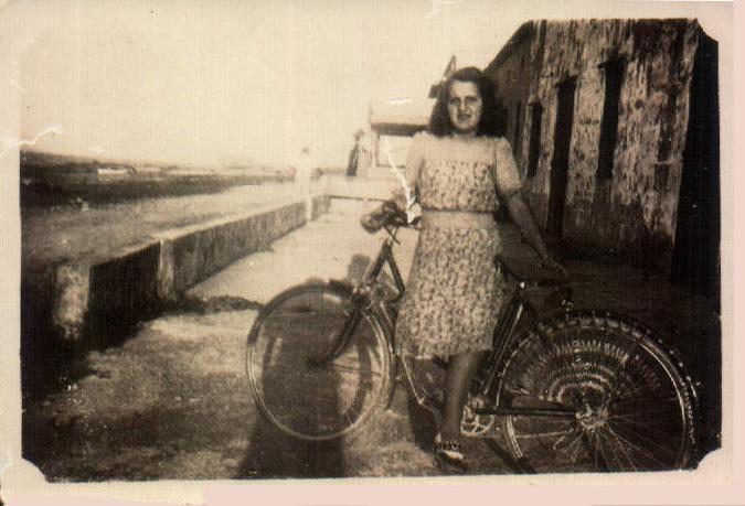 Mujer con bicicleta – 1942