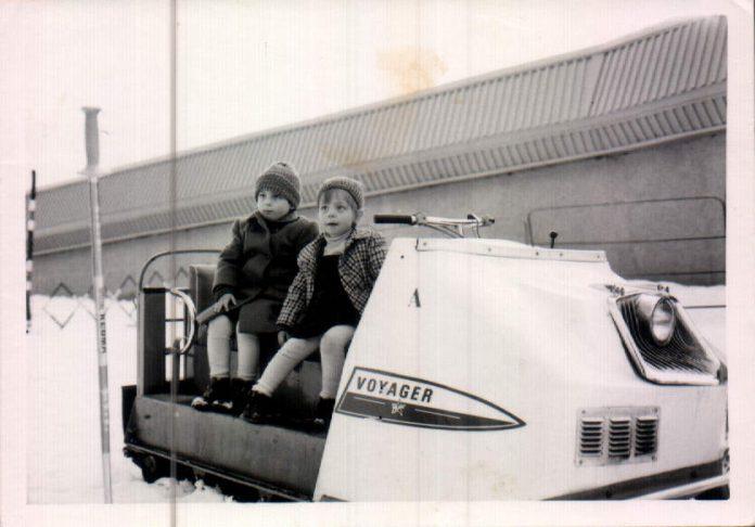 NIÑOS EN SIERRA NEVADA SOBRE UN QUITANIEVES - 1977