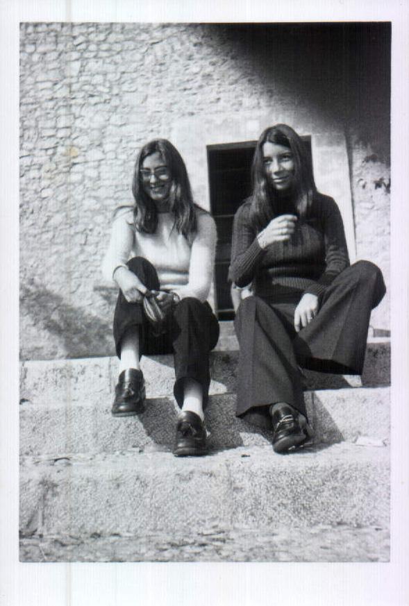 CHICAS SENTADAS - 1970