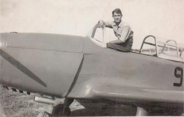 Chico en avión militar (Son Sant Joan) 1952
