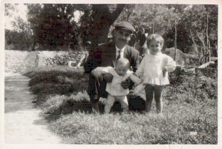 Abuelo con dos nietas – 1963