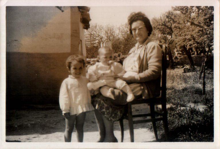 Abuela con nietos – 1963