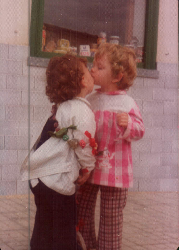 Dos amigos besándose – 1975
