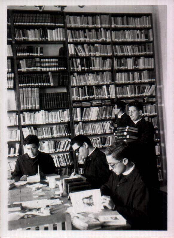 ESTUDIANTS A LA BIBLIOTECA - 1968