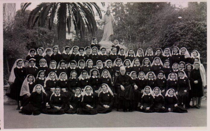 ESTUDIANTS TRINITARIES. JARDI DE L´ESCOLA - 1954
