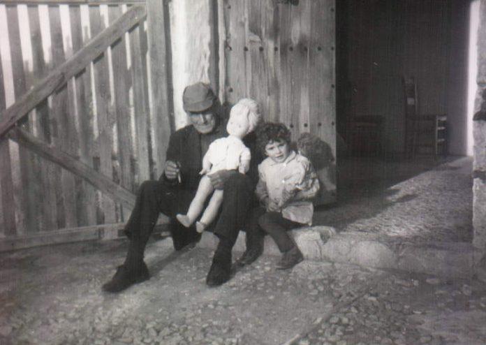 ABUELO, MUÑECA GIGANTE Y NIÑA - 1967