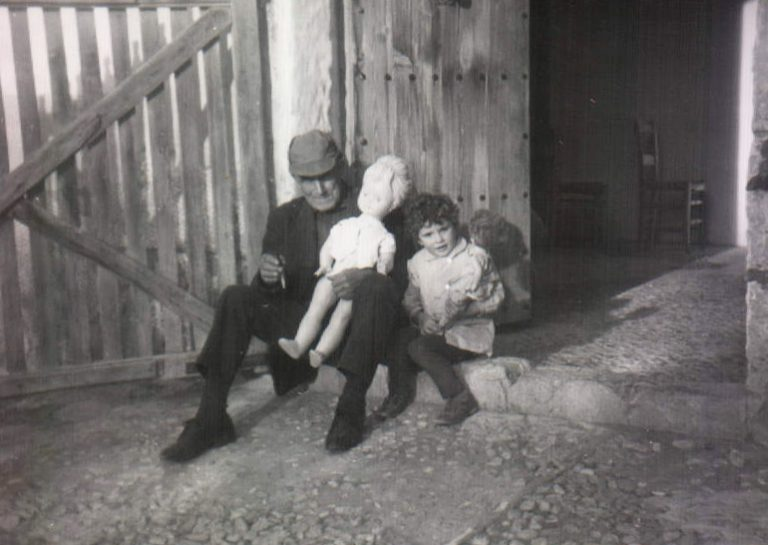 Abuelo, niña y muñeca gigante – 1967