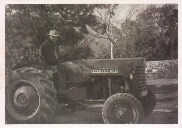 Señor en tractor – 1966