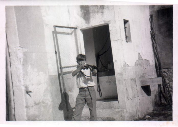 NIÑO CON ESCOPETA - 1968