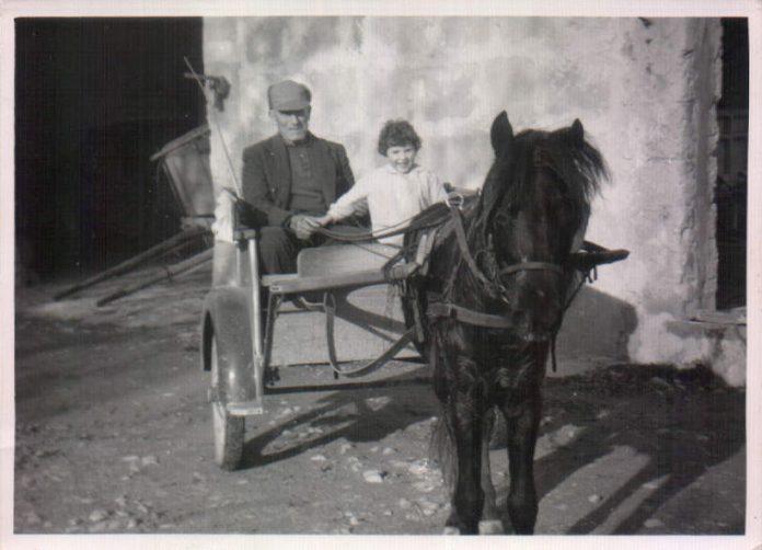 ABUELO Y NIÑA EN UN CARRO - 1967