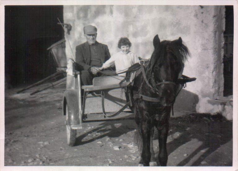 Abuelo y niña en un carro (Biniatria) 1967