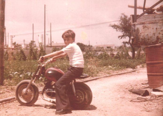 FOTO NIÑO EN MOTO - 1978
